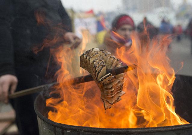 Pieczenie słoniny nad ogniem