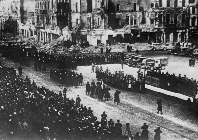 Parada wojskowa w wyzwolonej Warszawie