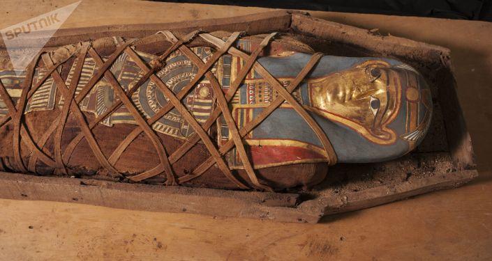 Pierś mumii, odkrytej w rejonie starożytnego cmentarza, została udekorowana wizerunkiem boginii Izydy.