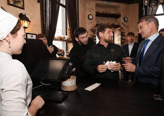 Ramzan Kadyrow w kawiarni.