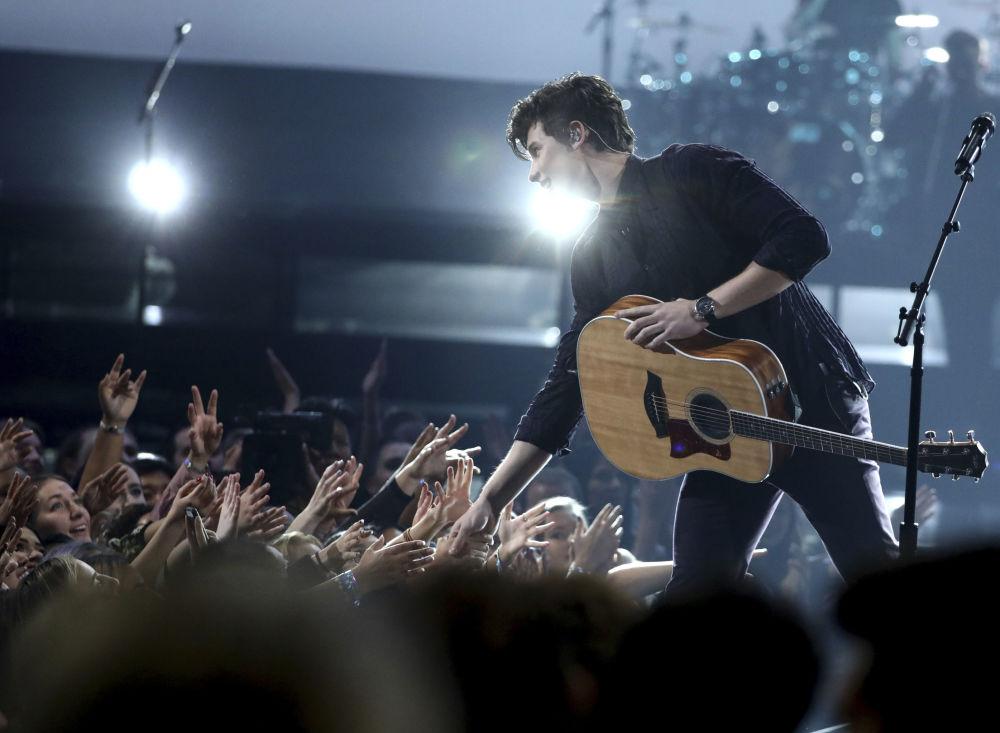 Piosenkarz Shawn Mendes na ceremonii wręczenia nagród American Music Awards 2017 w Los Angeles