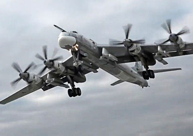 Bombowiec strategiczny TU-95MS z pociskami manewrującymi Ch-101