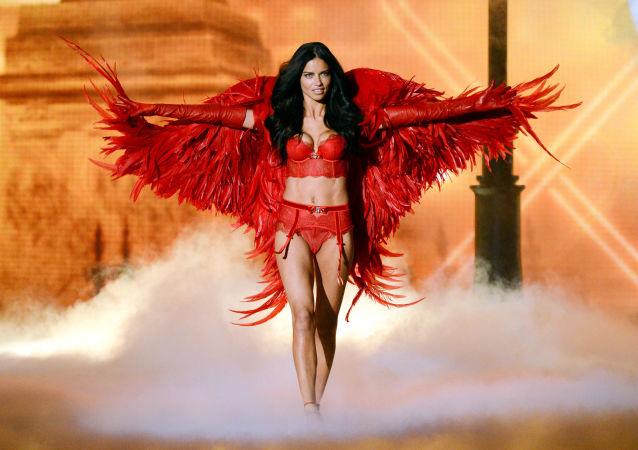 Modelka Adriana Lima na pokazie Victoria's Secret Fashion w Nowym Jorku