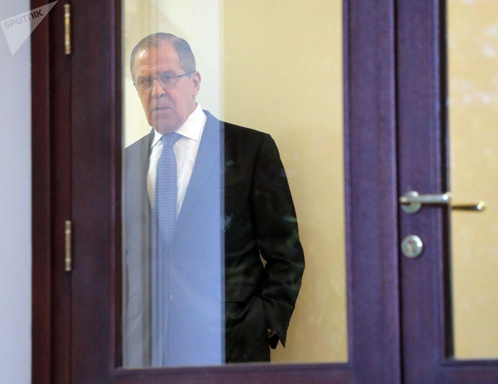 Minister spraw zagranicznych Siergiej Ławrow przed rozpoczęciem spotkania prezydentów Rosji, Iranu i Turcji