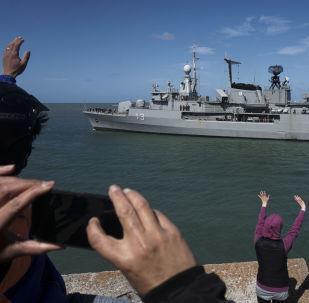 """Łódź wypływająca na poszukiwania zaginionego okrętu podwodnego """"San Juan"""" w Argentynie"""