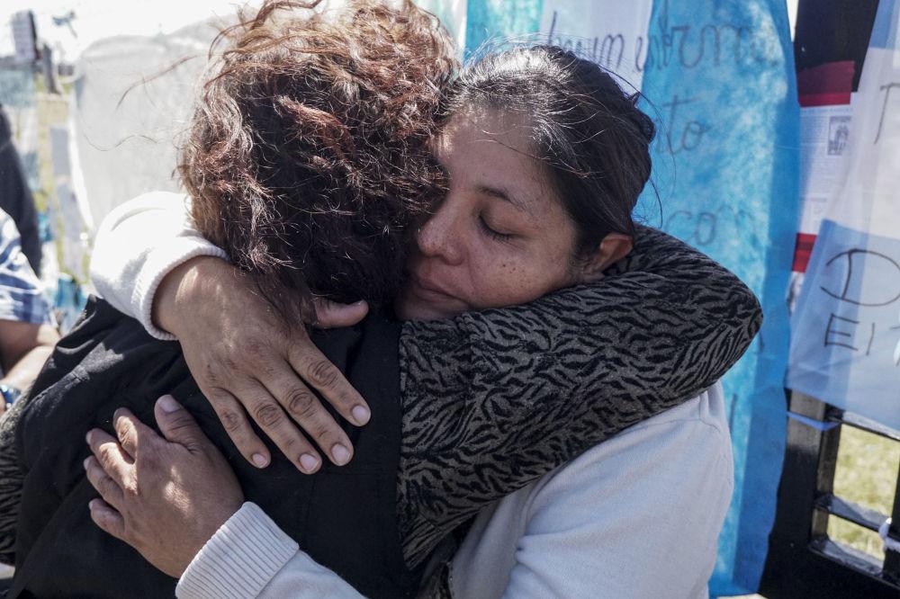"""Członkowie rodziny załogi zaginionego okrętu podwodnego """"San Juan"""" w bazie marynarki wojennej Mar del Plata w Argentynie"""