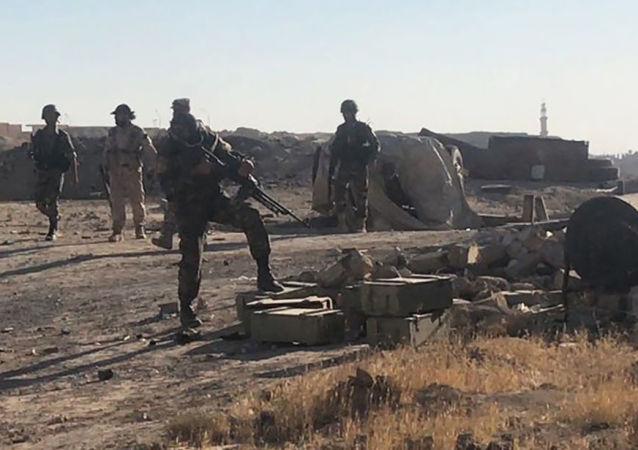 Żołnierze syryjskiej armii w czasie ofensywy na kierunku wschodnim od Dajr az-Zaur