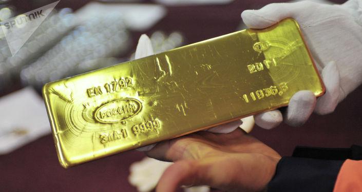 Złota sztabka na hali wypuszczającej półfabrykaty i gotowe produkty w zakładzei przetwórstwa metali kolorowych w Jekaterynburgu