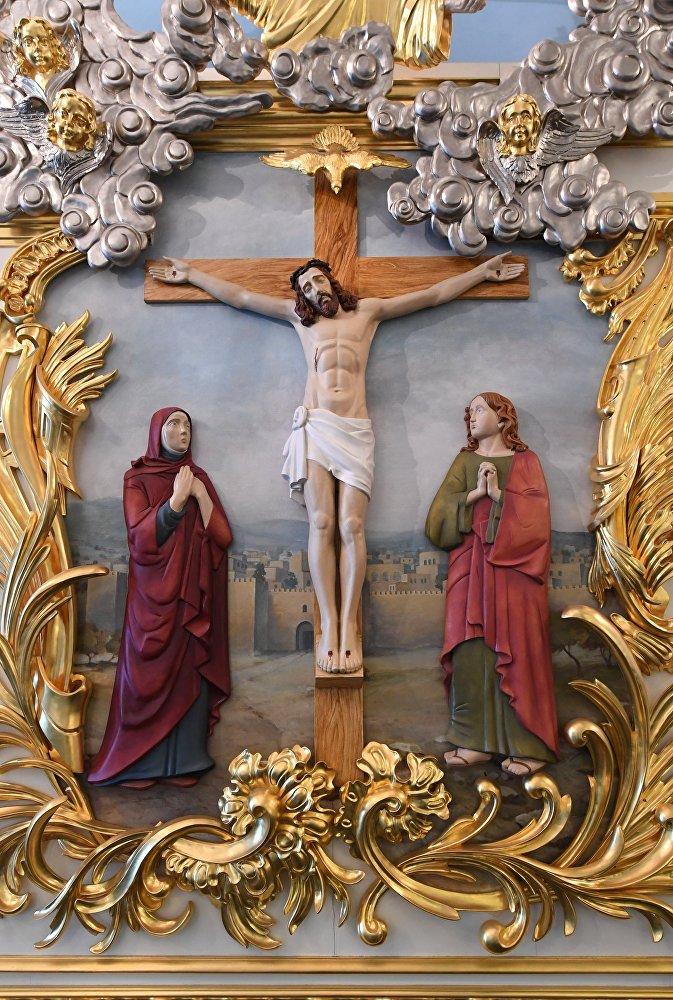 Unikalne ceramiczne ikonostasy w pięciu ołtarzach zostały wykończone przez białoruskiego rzemieślnika Piotra Zaborskiego.