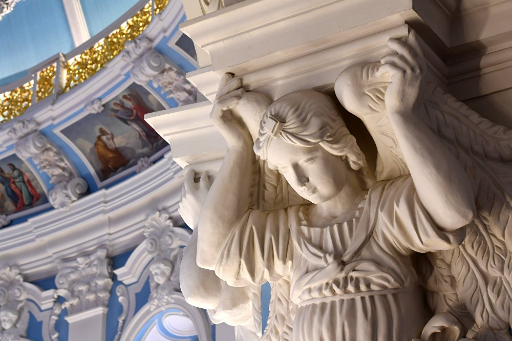 Sklepienia centralnej części świątyni podtrzymują cztery masywne kolumny, ozdobione barokowymi reliefami i freskami.