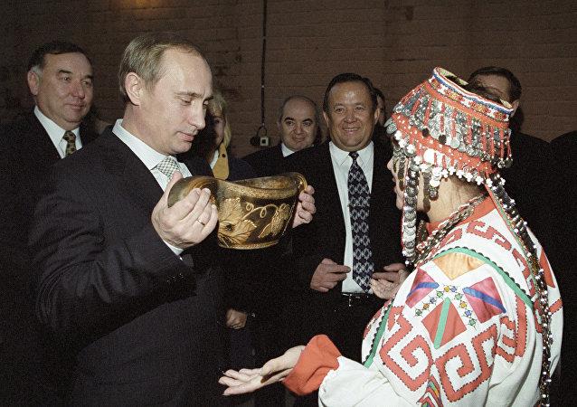 Władimir Putin pije tradycyjny czuwaszski napój
