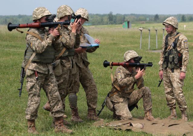 Ukraińscy żołnierze podczas ćwiczeń wojskowych