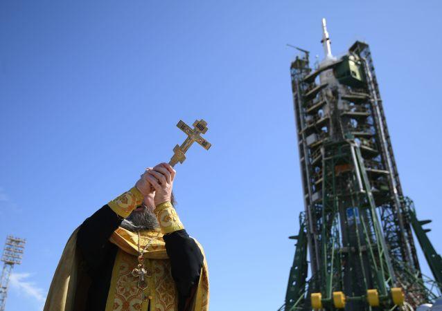 Duchowny święci rakietę nośną Sojuz FG