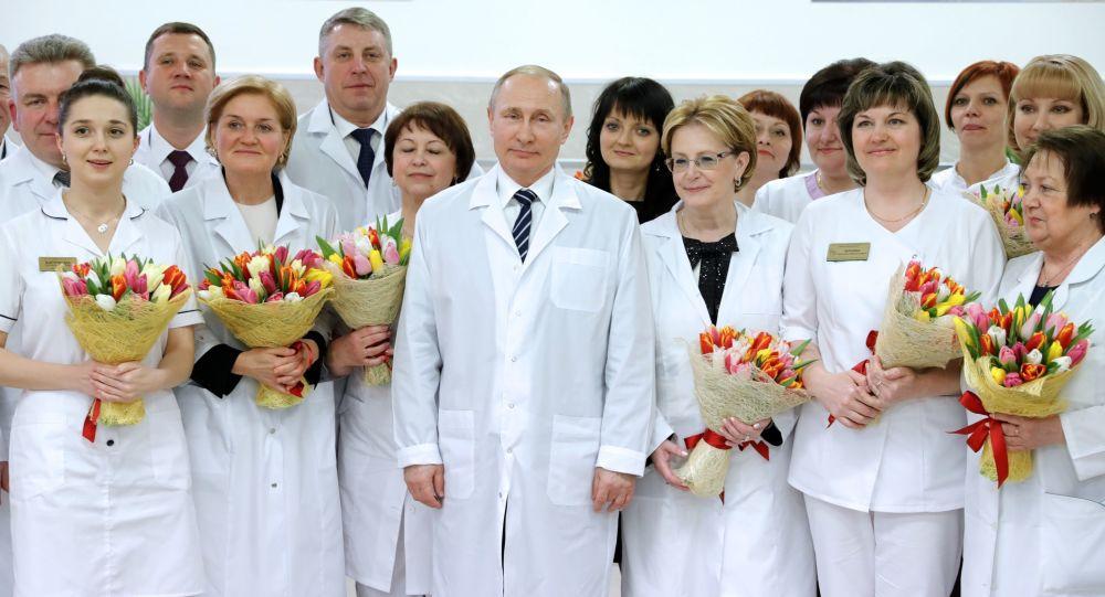 Władimir Putin z pracownikami Centrum położniczego w Briańsku