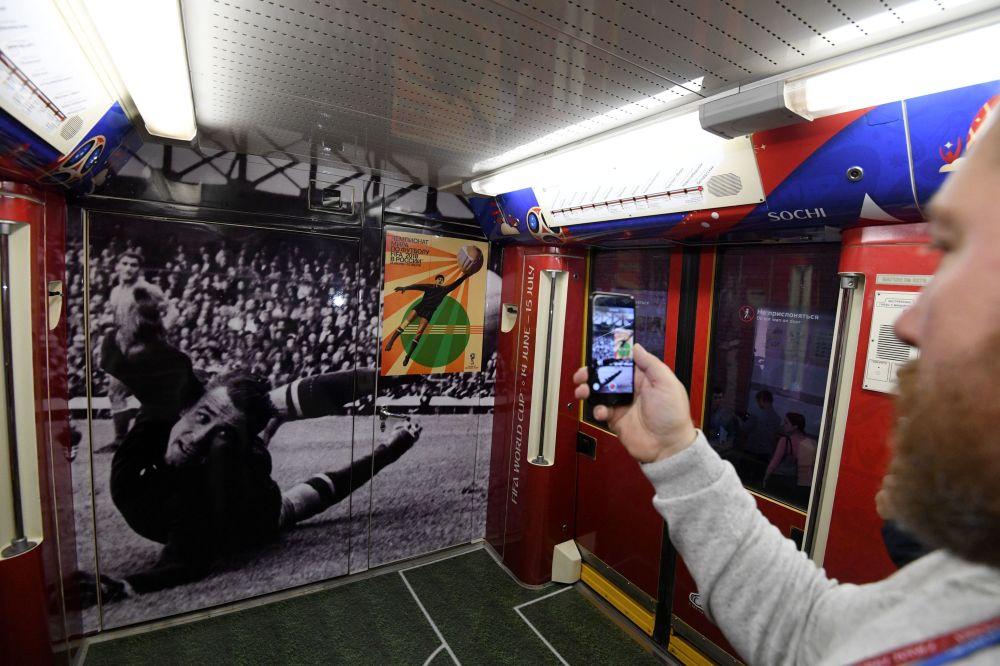 Wagon oficjalnego pociągu MŚ-2018, poświęconego historii Mistrzostw Świata w Piłce Nożnej