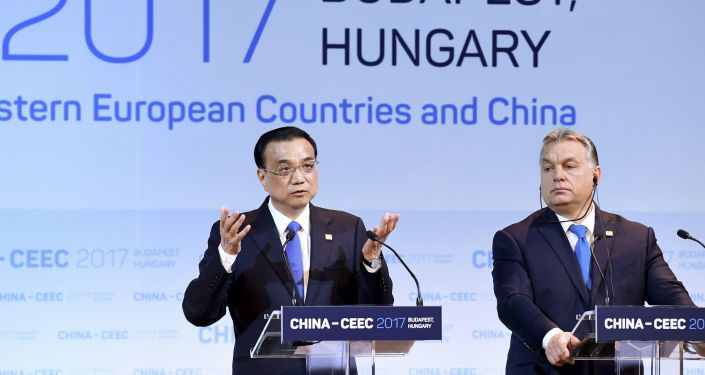Premier Chin Li Keqiang i premier Węgier Wiktor Orban w czasie konferencji prasowej na szczycie 16 państw europejskich i Chin w Budapeszcie