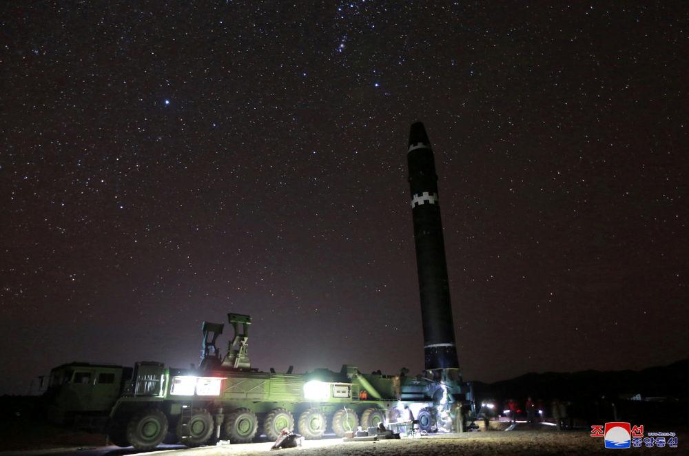 Przygotowania do wystrzału międzykontynentalnej rakiety balistycznej Hwasong-15