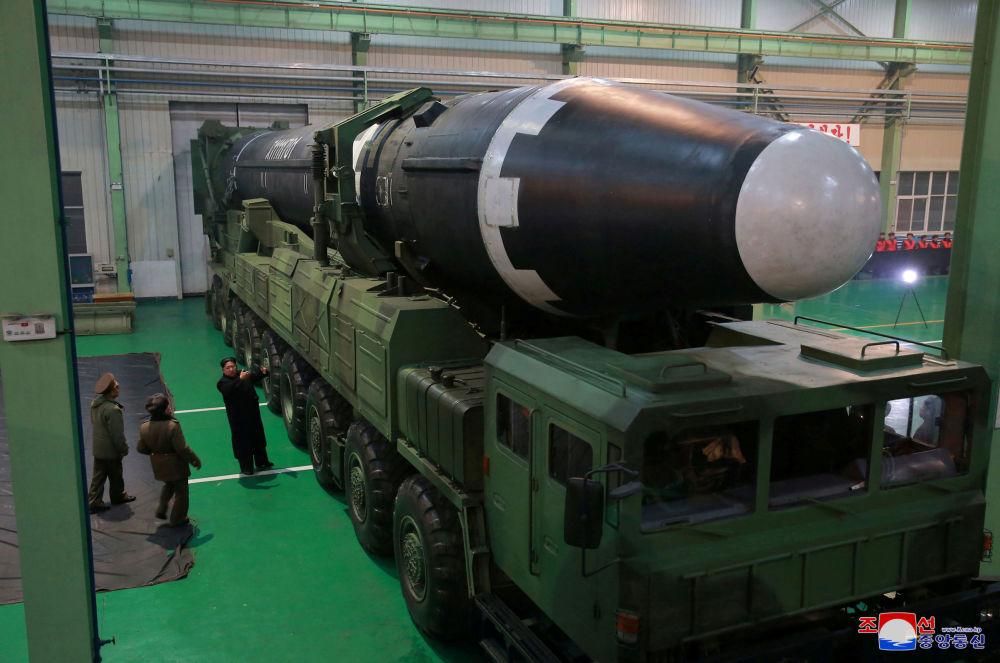 Kim Dzong Un ogląda międzykontynentalną rakietę balistyczną Hwasong-15 przed wystrzałem