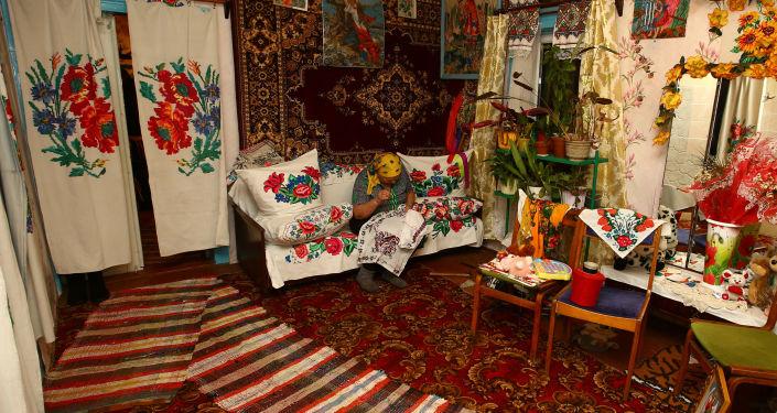 Jekaterina Panczenia haftuje u siebie w domu we wsi Pohost.