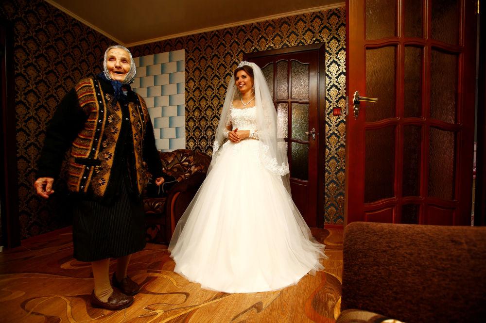 Panna młoda przed uroczystością ślubną u siebie w domu we wsi Dawid-Gorodok.