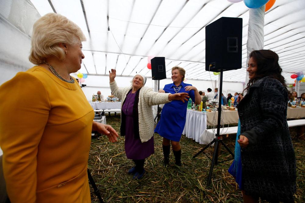 Kobiety tańczą na weselu we wsi Dawid-Gorodok.