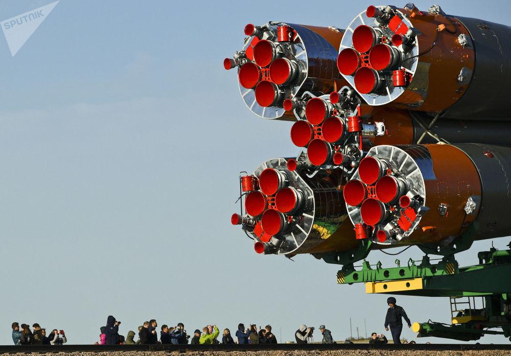Transport rakiety nośnej Sojuz-FG ze statkiem załogowym Sojuz-MS-04 na Kompleks startowy nr 1 kosmodromu Bajkonur.