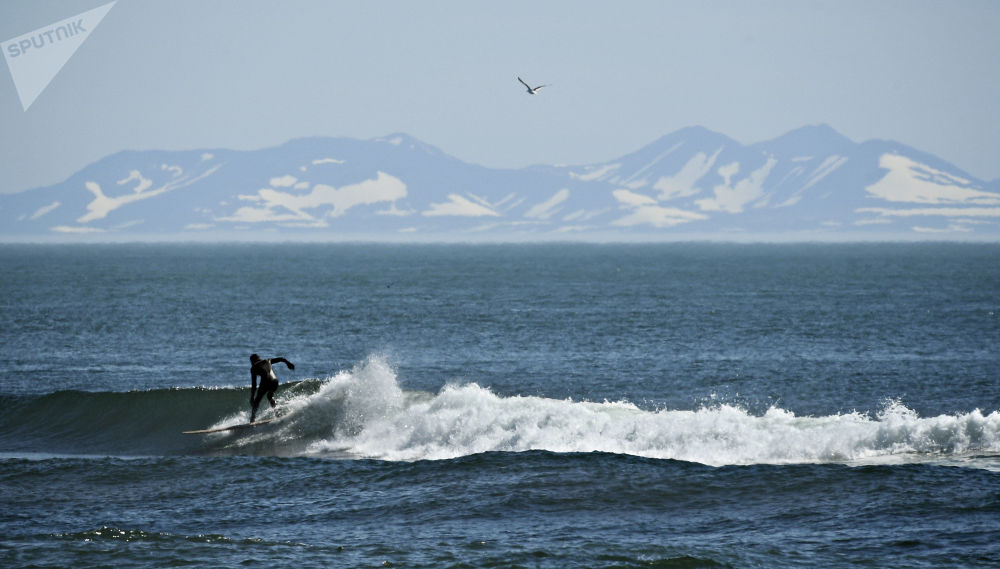 Surfing na brzegu Oceanu Spokojnego w Kraju Kamczackim.