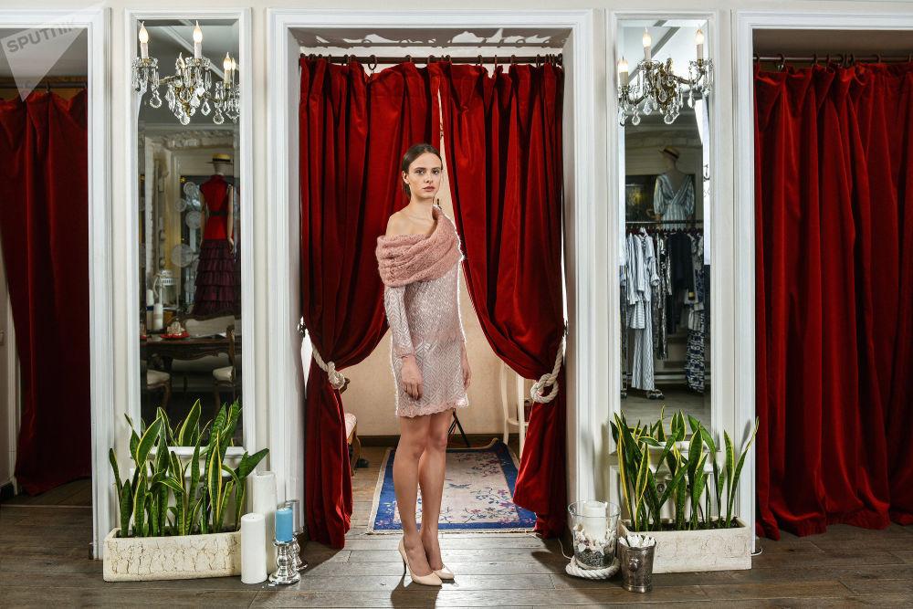 Sukienka z orenburskich chust z kolekcji A LA RUSSE Anastazji Romancowej.