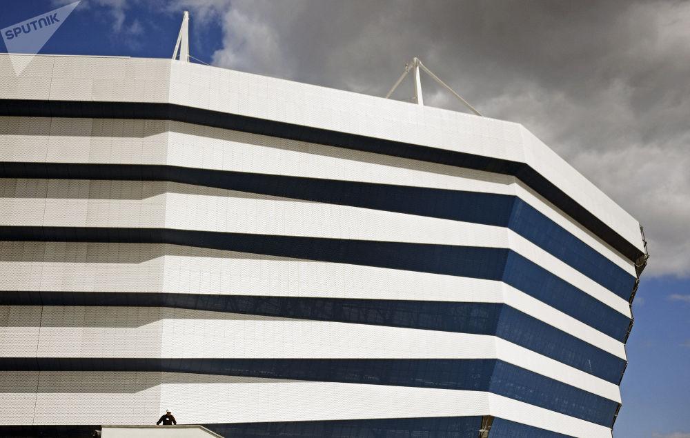 """Fasada stadionu """"Kaliningrad"""", budowanego na Mistrzostwa Świata w Piłce Nożne 2018 na wyspie Oktiabrskij."""