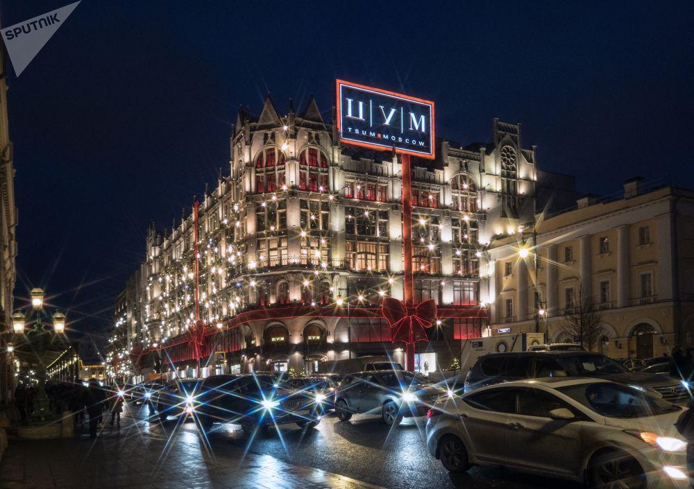 Świateczne oświetlenie na fasadzie centrum handlowego TsUM