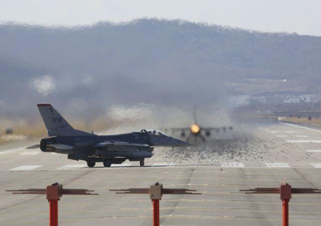 Myśliwiec F-16 Sił Powietrznych USA w bazie lotniczej Osan w Korei Południowej