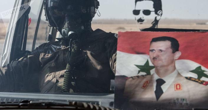 Pilot Sił Powietrznych Syryjskiej Armii w samochodzie w bazie Syryjskich Sił Powietrznych w prowincji Homs