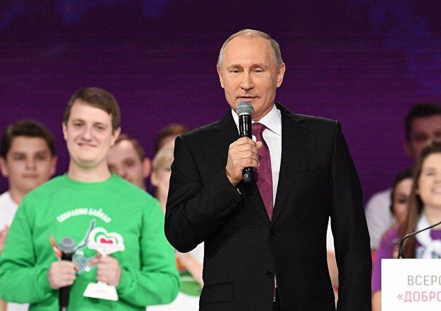 """Władimir Putin na na ceremonii wręczenia nagrody """"Rosyjski wolontariusz 2017"""""""
