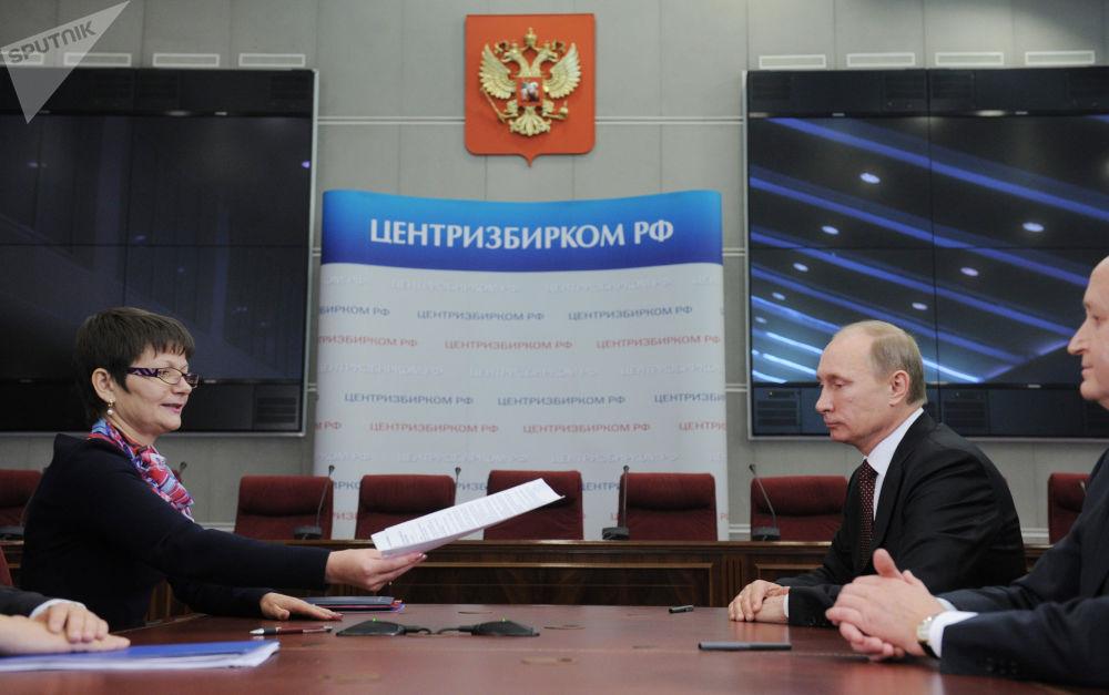 Władimir Putin w rosyjskiej Centralnej Komisji Wyborczej w momencie składania dokumentów do rejestracji jako kandydata na prezydenta w 2011 roku