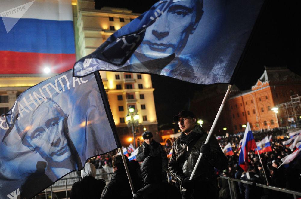 Uczestnicy wiecu poparcia dla kandydata na prezydenta Rosji Władimira Putina na Placu Maneżowym, 2012 rok