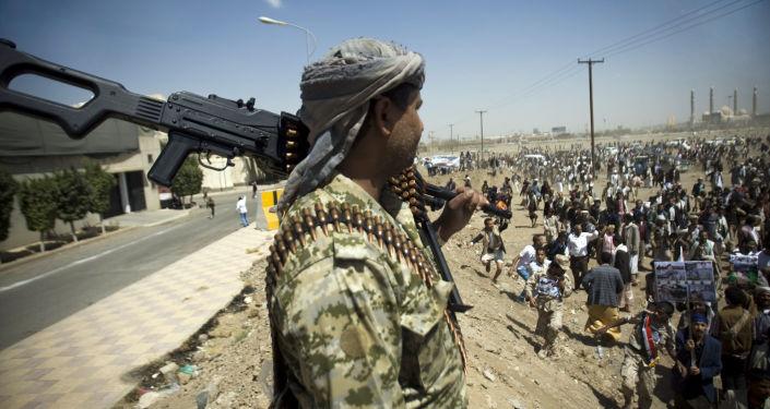 Jemeński żołnierz osłaniający demonstrantów