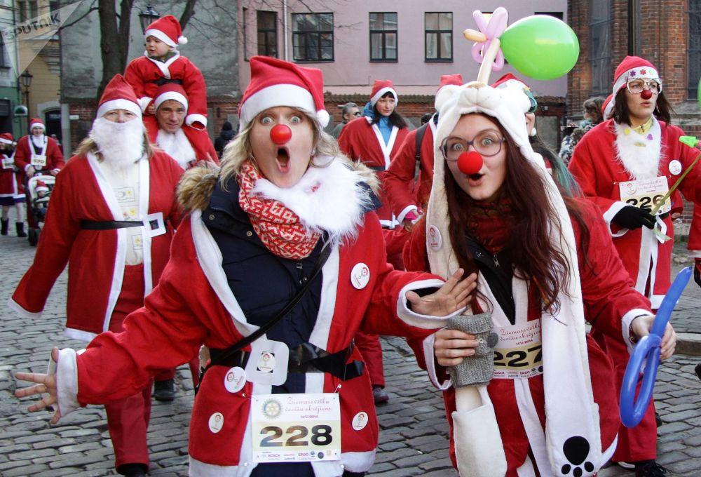 Uczestnicy wyścigu Świętych Mikołajów w Rydze