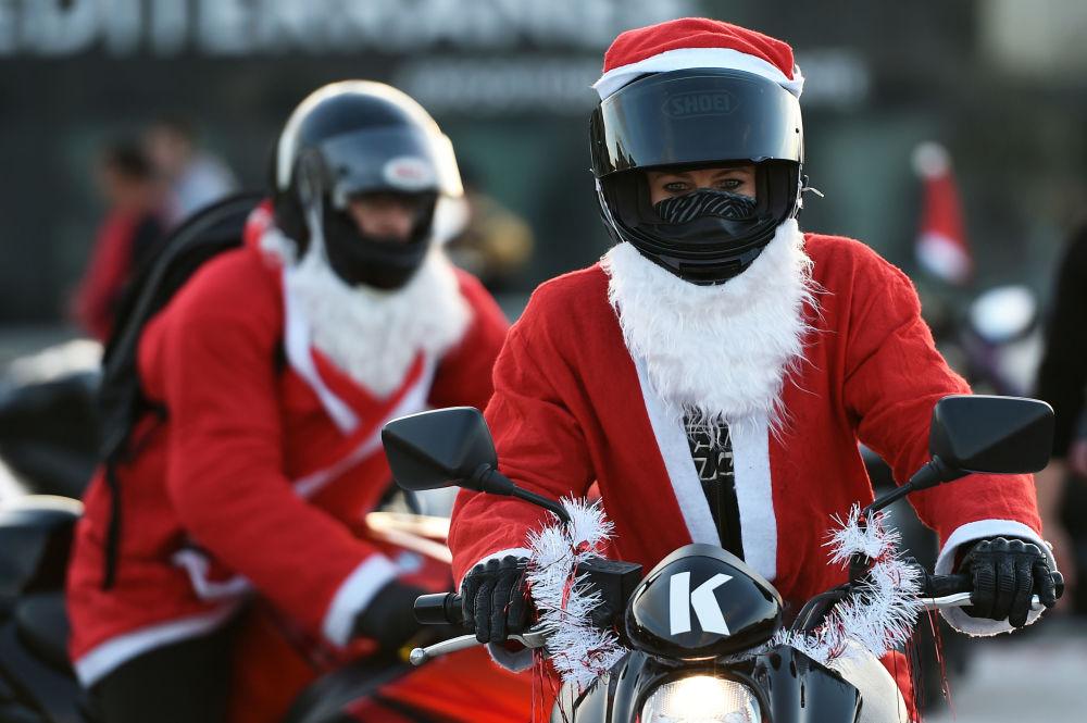 Motocykliści w kostiumach Świętego Mikołaja w Marsylii, Francja