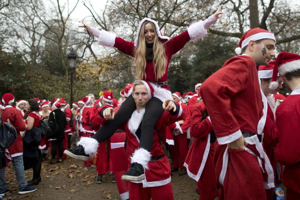 Ludzie w kostiumach Świętego Mikołaja w Londynie