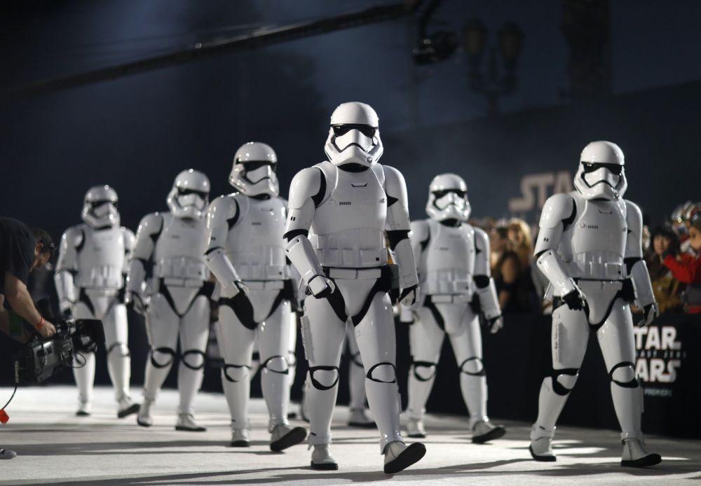 Postacie Gwiezdnych wojen na premierze filmu w Los Angeles