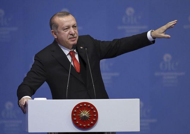 Prezydent Turcji Recep Tayyip Erdogan na nadzwyczajnym szczycie Organizacji Współpracy Islamskiej w Stambule