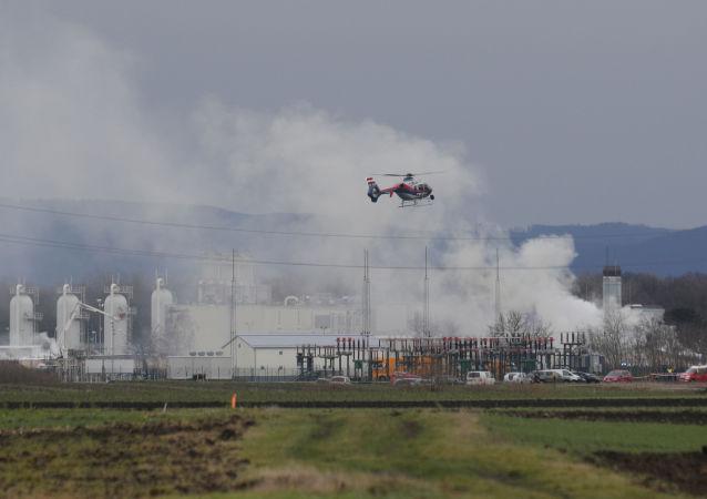 Śmigłowiec na miejscu wybuchu gazociągu w pobliżu gminy Baumgarten w Austrii