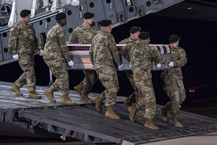 Amerykańscy żołnierze z ciałem poległego w Nigrze sierżanta