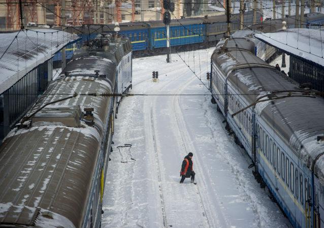 Na stacji kolejowej w Kijowie na Ukrainie