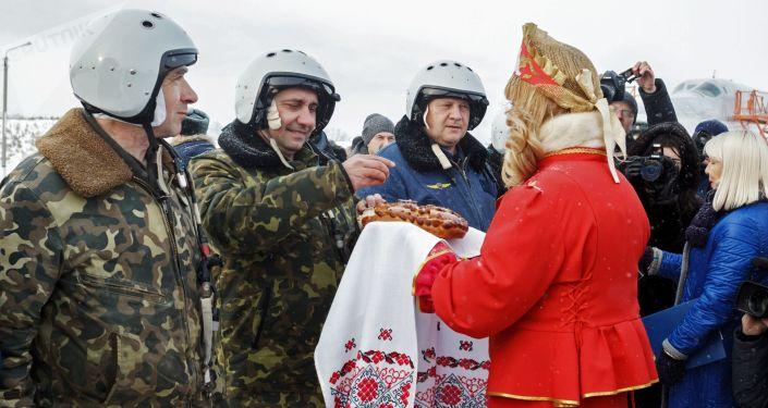 Wojskowi na lotnisku Biełaja w obwodzie irkuckim w czasie powitania załóg bombowców Tu-22M3 po powrocie z Syrii