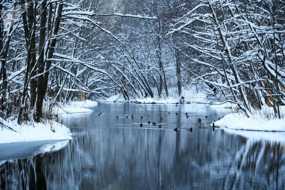 Kolor wody jezior zmienia się w zależności od pory roku i pogody, może przybierać od jasno-lazurowej  do czarnej barwy.