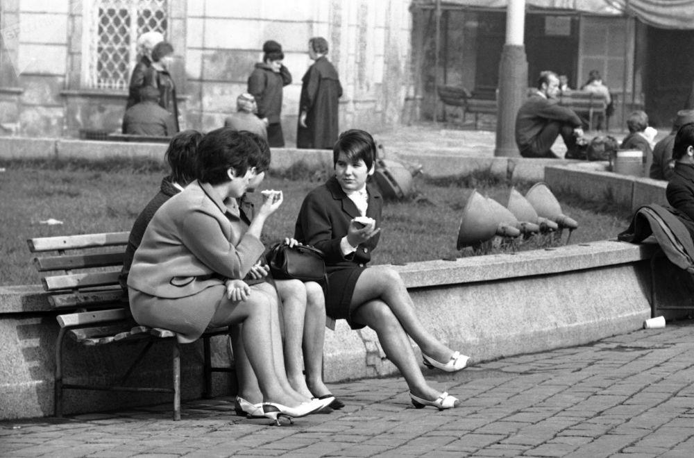 Dziewczyny na Rynku Staromiejskim w Pradze w 1968 roku.