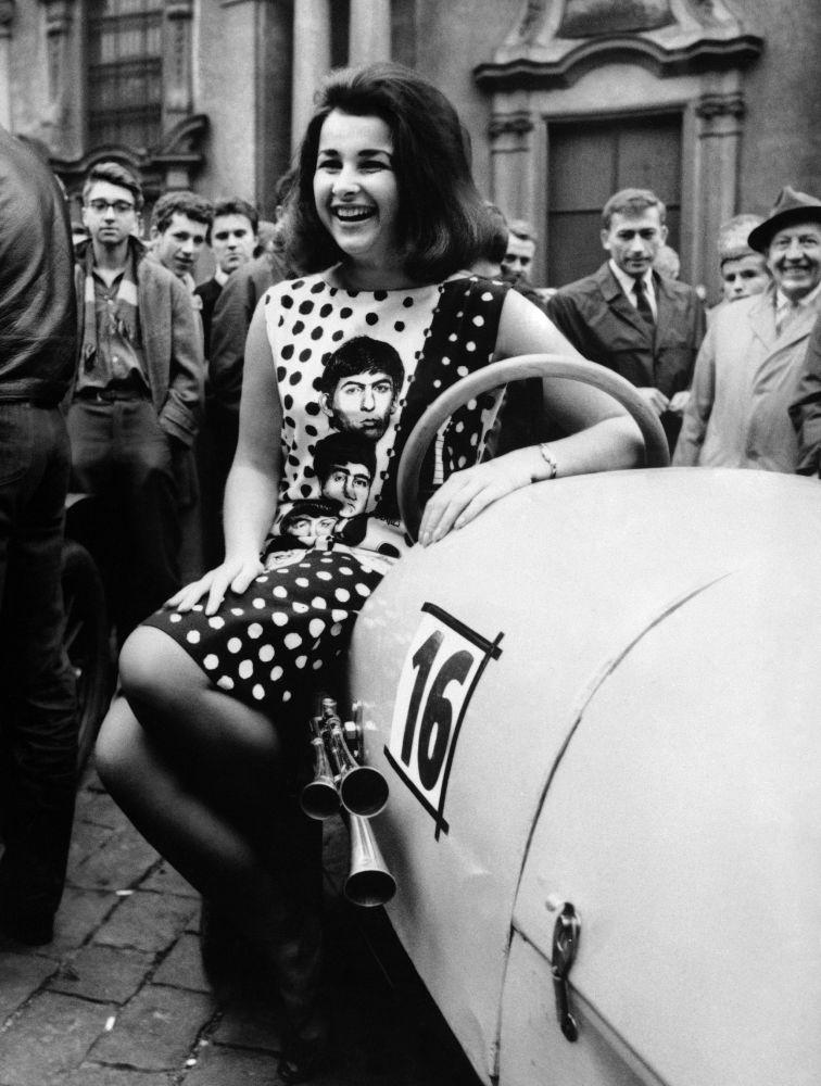 Czeska piosenkarka Prunerova obok samochodu Bugatti podczas obchodów rocznicy powstania stowarzyszenia automobilistów w Pradze w 1964 roku.