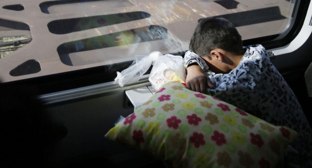 Dziecko migrantów w pociągu kursującym z Budapesztu do Wiednia