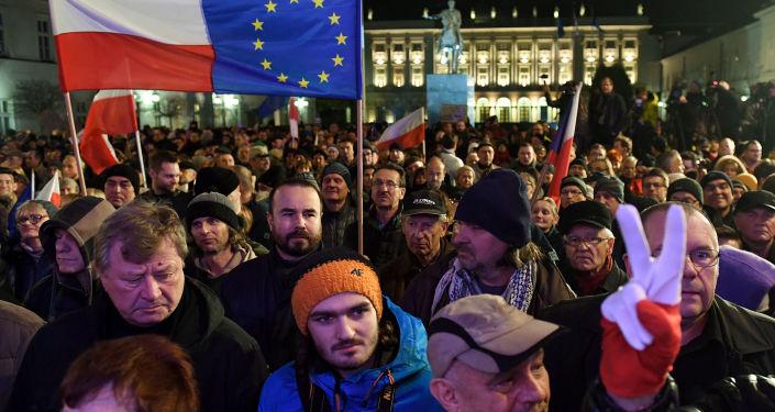 Akcja protestu przeciwko reformom sądownictwa przed pałacem prezydenckim w Warszawie